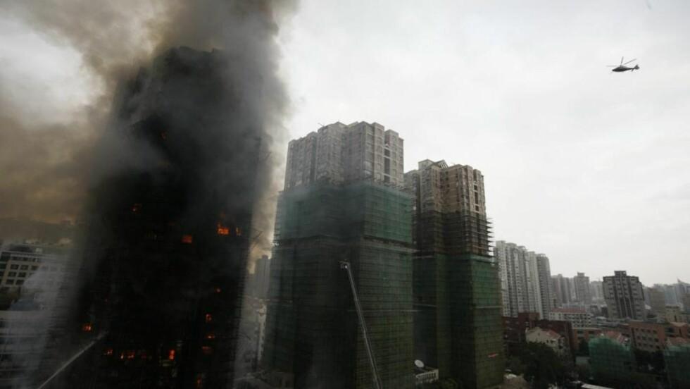 TRAGEDIE: Over hundre brannmenn forsøkte desperat å slukke brannen i går. Foto: EPA/Scanpix