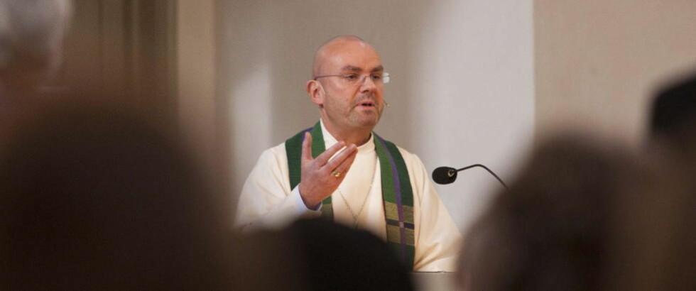 FÅR TROLIG SPARKEN: Sogneprest Einar Gelius, som her taler til menigheten for første gang etter sexbok-oppslagene. FOTO: PER FLÅTHE