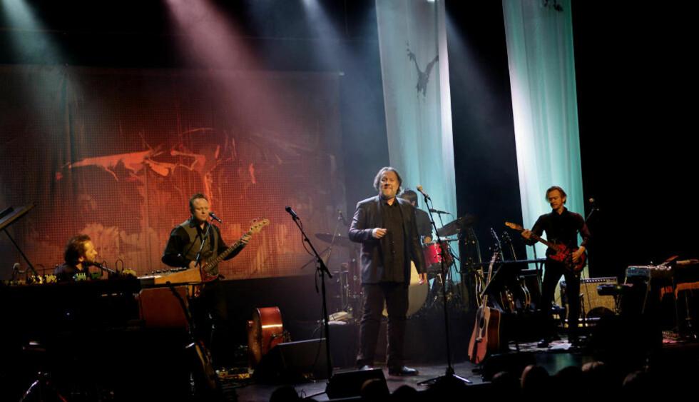 HARDT OG FINTFØLENDE: Lier-bosatte Bjørn Eidsvåg praktisk talt på hjemmebane i Drammens Teater i kveld, flankert av sitt glimrende band. Fra venstre David Wallumørd (tangenter), Bjørn Holm (bass), Anders Engen (trommer, delvis skjult) og gitarminimalisten Geir Sundstøl. Foto: ERLING HÆGELAND/Dagbladet