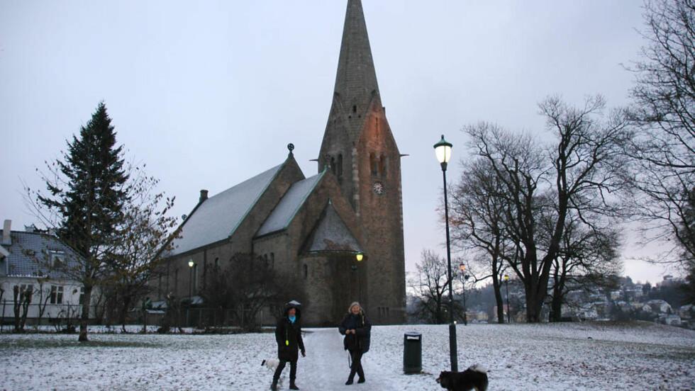 VÅLERENGA: Liz Høivang og Ingvild Altun skjønner ikke hvorfor Ole Christian Kvarme ønsker å ta fra dem presten. Foto: Eiliv Frich Flydal/Dagbladet