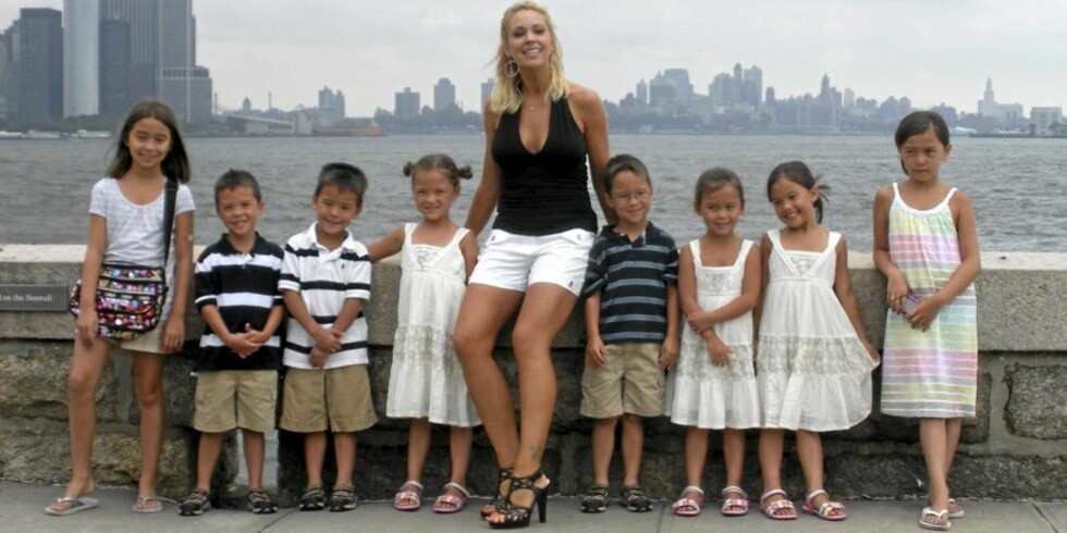 Fra venstre: Carla (10), Joel (6), Colin (6), Alexis (6), mamma Kate, Aaden (6), Leah (6), Hannah (6) og Mady (10). FOTO: TLC