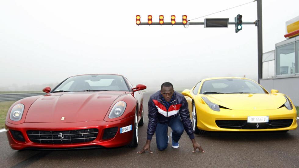 """RASK, MEN SÅ RASK?: Usain Bolt tror han er i stand til å senke verdensrekorden på 100 meter med nesten to tideler. Han har selv den nåværende rekorden på 9,58. Her poserer han mellom en Ferrari """"458 Italia"""" (til høyre) og en """"599 GTB"""" under et besøk på Ferraris private bane i Italia. Foto: REUTERS/Max Rossi"""