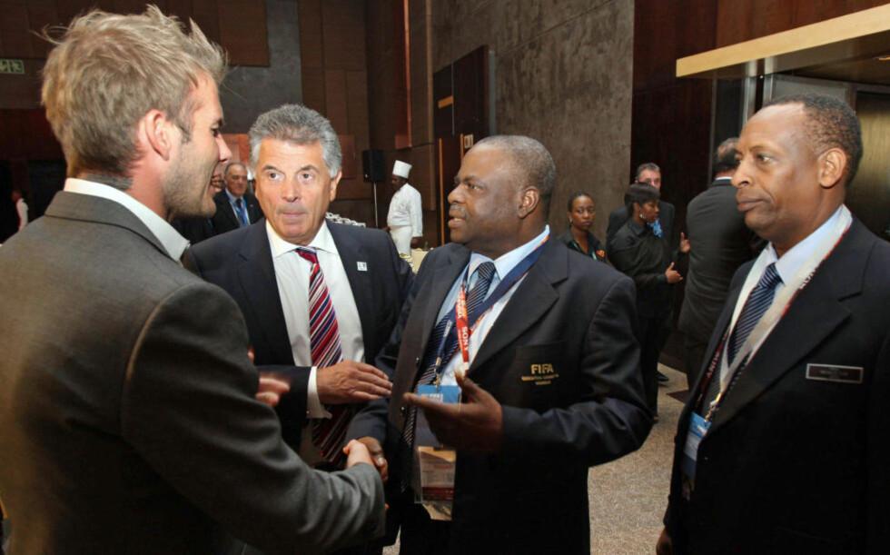 UTESTENGT: Fifa-delegaten Amos Adamu  (midten) er utestengt av Fifa i tre år, og blir dermed fratatt muligheten til å avgi stemme når det skal avgjøres hvem som får VM-sluttspillet i 2018 og 2022.Foto: SCANPIX / AFP PHOTO / HO / ENGLAND 2018 WORLD CUP BID