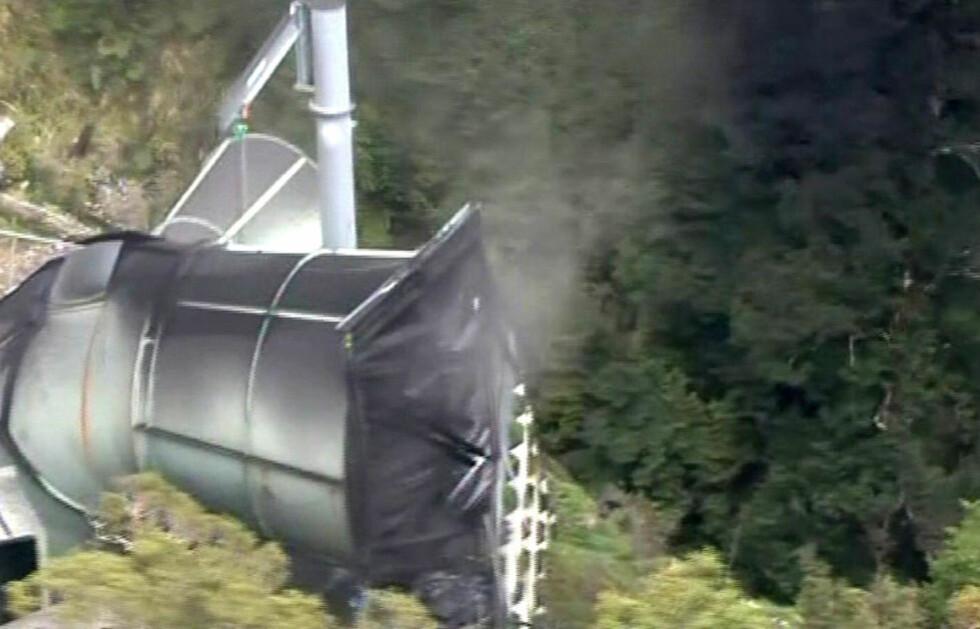 RØYK: Det ryker fra en ventilasjonsåpning ved Pike River-gruva etter eksplosjonen i natt norsk tid. 27 arbeidere er savnet. Foto: TVNZ/Reuters/Scanpix