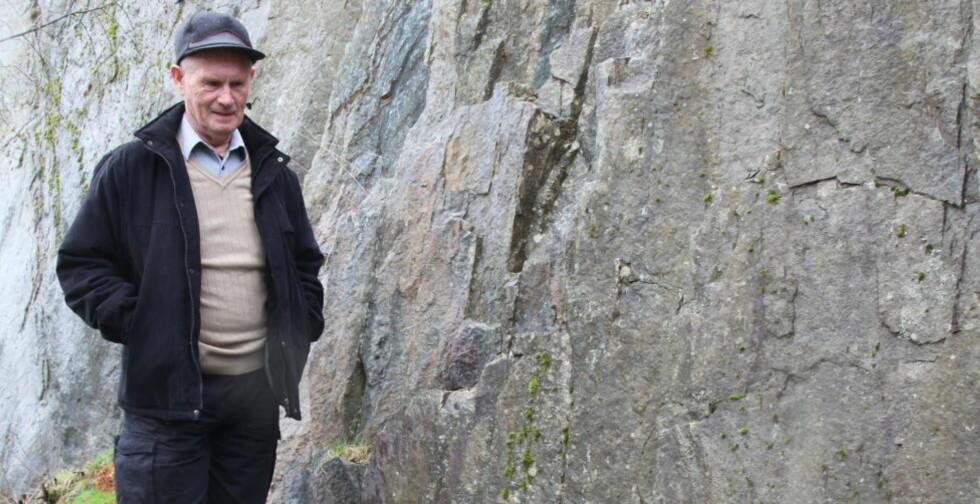 ET MYSTERIUM: Inge Kvalheim forstår ikke hvorfor det i to måneder har blitt stjålet store biter av gressplenen utenfor der han bor. Foto: Terje Bringsvor Nilsen/Fanaposten