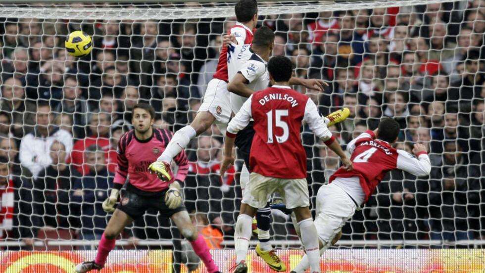 VINNERMÅLET: Her header Younes Kaboul inn 2-3-målet, som sikret Tottenham-seier i derbyet mot Arsenal. Foto: IAN KINGTON/AFP