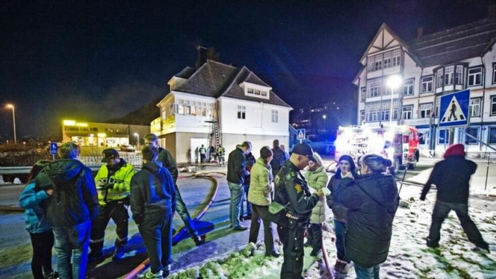 EVAKUERT: 30 ungdommer ble evakuert etter at lokalene til ungdomsklubben ble fylt av røyk like før midnatt i går. Politiet har i dag to unge gutter inne til avhør som de mistenker står bak. Foto: Marius Beck Dahle/SUNNMØRSPOSTEN