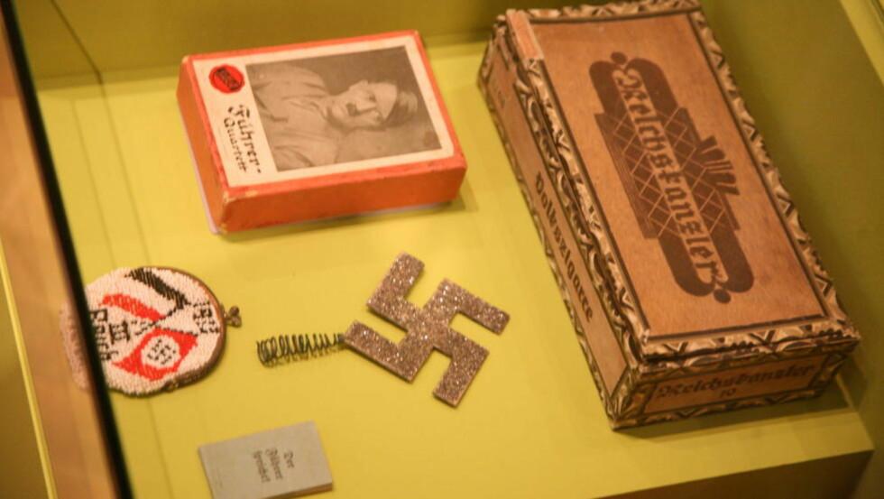 KITSCH FOR HEIMEN: : Kortstokk med Føreren - eller et par hjemmehenkla hakekors til stueveggen? Det er noen av effektene man kan se på Hitler-utstillingen i Berlin. Foto: Asbjørn Svarstad.