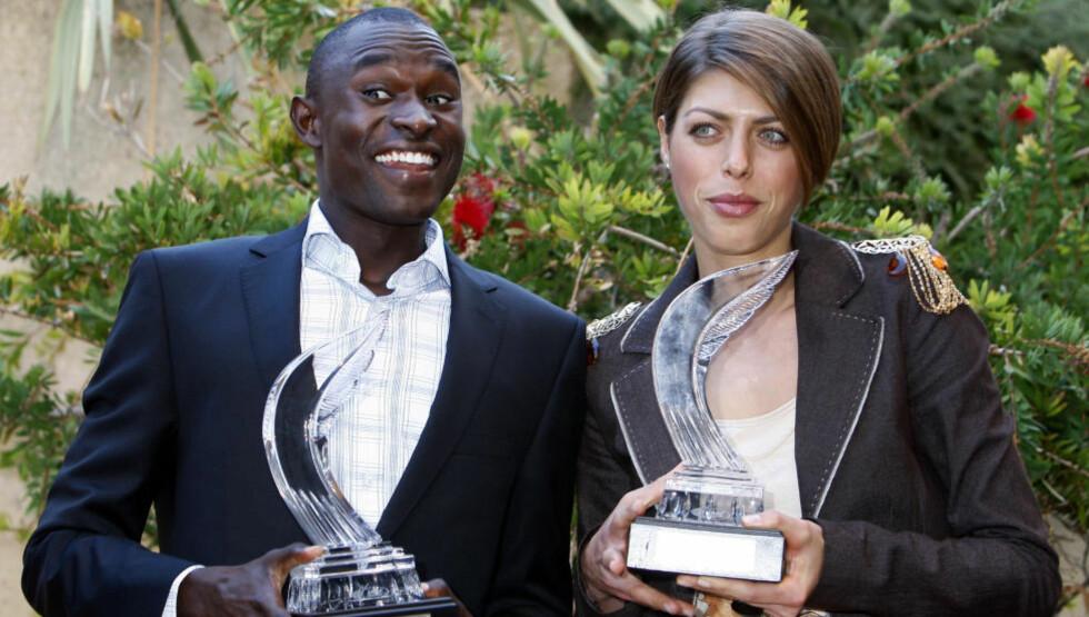HEDRET: Kroatiske Blanka Vlasic (h) og kenyanske David Rudisha poserer med trofeene som viser at de er årets friidrettsutøvere.Foto: SCANPIX/AFP/SEBASTIEN NOGIER