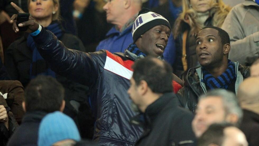 GOD MED BALL? Sprinteren Usain Bolt var nylig å se på tribunen under byderbyet mellom Inter og Milan på San Siro i Milano. Fotballsupporteren drømmer om å få sjansen som spiller selv, aller helst i England og Manchester United. Foto: Scanpix/EPA/DANIEL DAL ZENNARO
