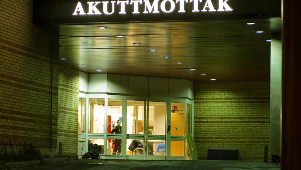HOLDER VAKT: Bevæpnede politifolk voktet i natt akuttmottaket ved Ullevål sykehus etter skuddene mot 32-åringen i Oslo. Foto: ØISTEIN NORUM MONSEN