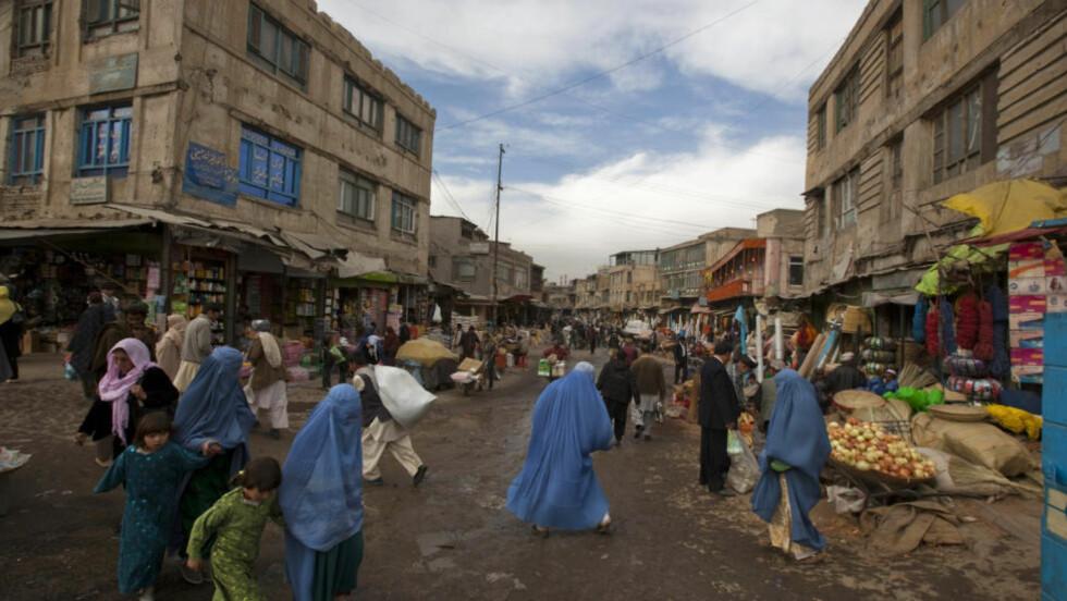 Den afghanske hovedstaden er trolig tryggere for barn enn byer som London og New York, hevder NATOs øverste representant for sivile i Afghanistan, Mark Sedwill. Her følger barn mødrene sine på bazaar i Kabul, 21. november , 2010. Foto: Ahmad Masood/REUTERS.
