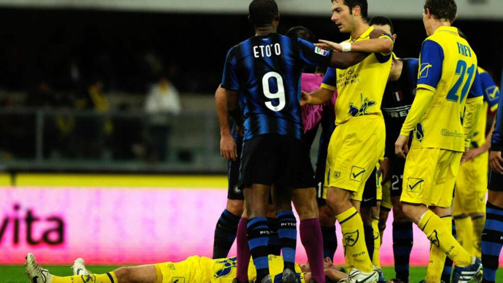 PROVOSERT? Her ligger Chievos Bostjan Cesar i bakken etter å ha mottatt et hodestøt Samuel Eto'o. Foto:AFP PHOTO / OLIVIER MORIN