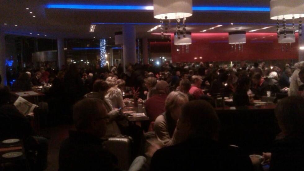 FULLT: Clarion Hotel Bergen Airport ved Flesland er fullt av passasjerer. På hotellet får de evakuerte passasjerene varmet seg og tatt en kaffe, mens politiets bombeeksperter er på vei fra Oslo. MMS: Gina Barstad