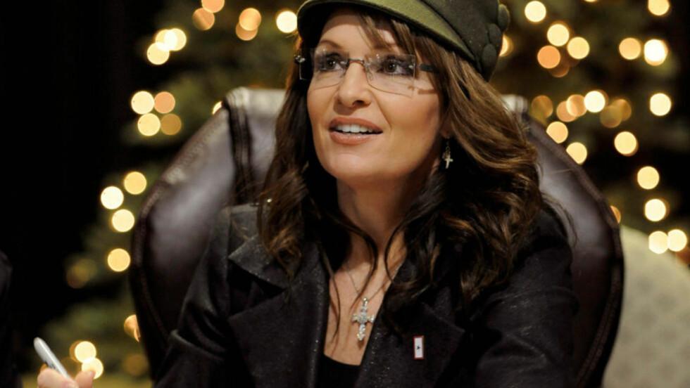 KLAR FOR SIGNERING AV KAMPSKRIFTET : Journalist, forfatter, tidligere Alaska-guvernør og visepresidentkandidat Sarah Palin gir i dag ut boka som omtales som hennes politiske kampskrift - et frontalangrep mot president Barack Obama. Her er hun på boksignering av sin forrige bok Going Rogue, som også kom ut rett før jul for et år siden. Foto: Mike Theiler/REUTERS.