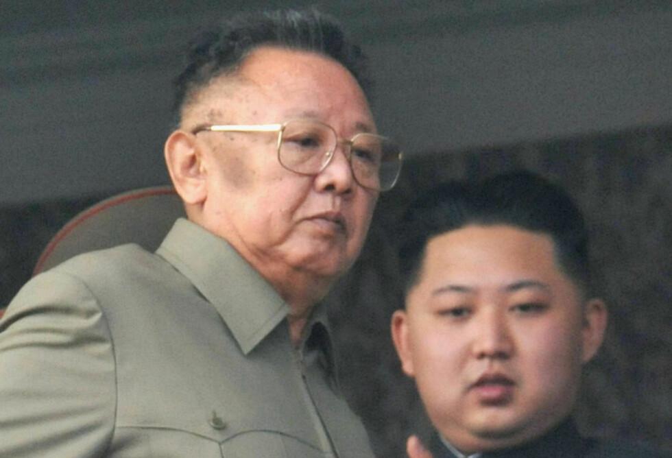 BESØKTE SOYASAUSFABRIKK: Nord-Koreas leder Kim Jong-il (t.v) og hans yngste sønn og utpekte etterfølger Kim Jong-un besøkte soyafabrikk og medisinsk skole timer etter artilleriangrepet. Her er de to sammen på en parade i Pyongyang 10. oktober i år. Foto: Reuters/Kyodo/Scanpix