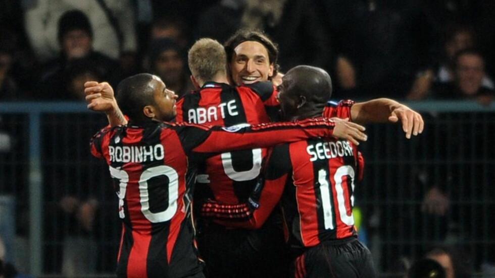 PARTYSVENSKE: Zlatan Ibrahimovic fester med lagkameratene etter å ha gitt Milan ledelsen borte mot Auxerre. Foto: Christophe Karaba, EPA/Scanpix