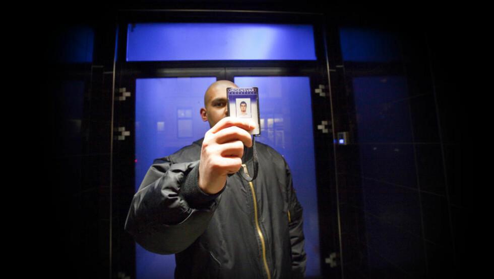 FARGE: Han nekter to av tre mørkhudede nordmenn adgang til utestedene bare fordi de er mørke. - De andre ser jeg på som en sikkerhetsrisiko, sier den erfarne dørvakten. Foto: Torbjørn Berg / Dagbladet