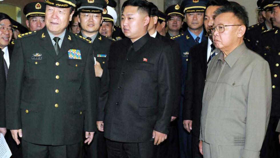 Toppmøte: Kim Jong-il og sønnen Kim Jong-un i møte med en gruppe kinesiske offiserer 25. oktober. Kineserne vil ikke la det stalinistiske regimet implodere, og vil trolig skjerme Nord-Korea også denne gangen, skriver kronikkforfatteren. Foto: Scanpix