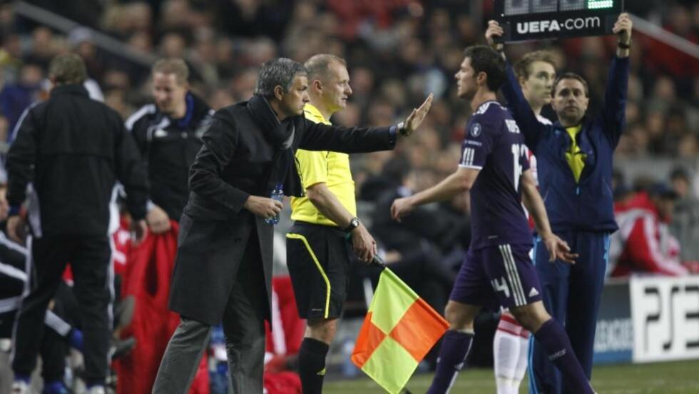 ETTERFORSKES: Real Madrid-trener Jose Mourinho og spillerne hans risikerer straff for usportslig opptreden i Champions League. Her er Xabi Alonso på vei i dusjen etter å ha ha drøyet tida på stillingen 4-0 rett før full tid. Foto: Peter Dejong, AP/Scanpix