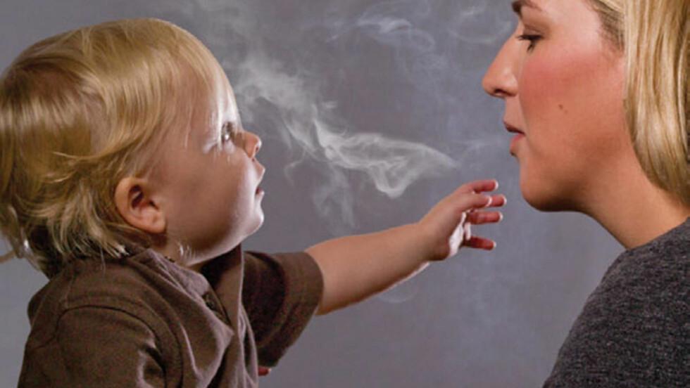 BARN MEST UTSATT: Fire av ti barn er passive røykere skriver WHO-forskere i en ny rapport. Foto: Reuters/Scanpix