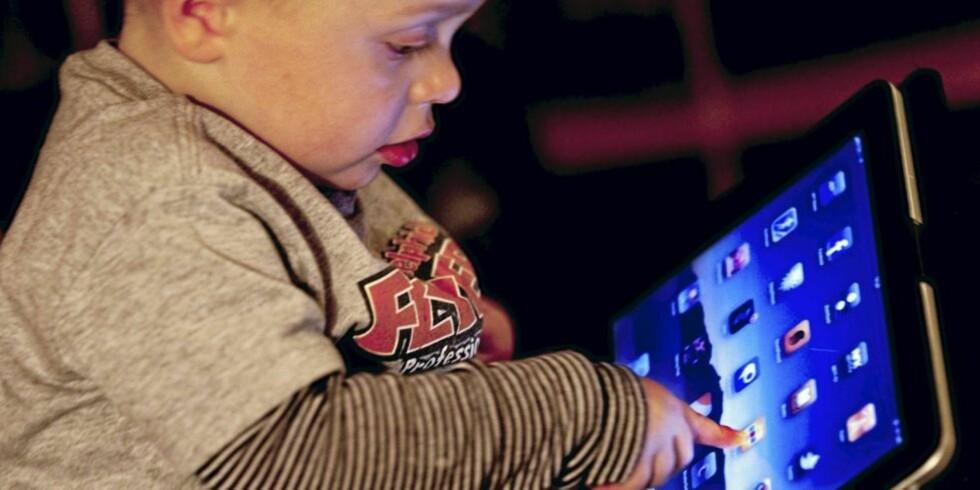 BEHERSKER: Emil ( snart 2) spiller grisepill på foreldrenes Ipad. Han spør flere ganger om dagen om han kan få spille. FOTO: Linn Hanssen