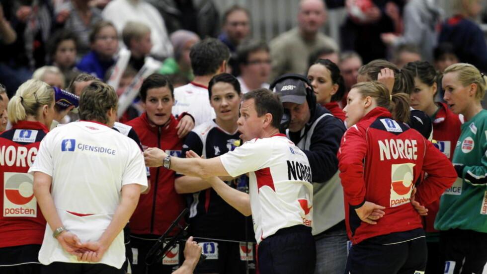 FORTSATT LITT Å JOBBE MED: Thorir Hergeirsson var fornøyd med det defensive spillet mot Serbia, men mener de norske jentene gjør for mange tekniske feil offensivt. Foto: Gorm Kallestad, Scanpix