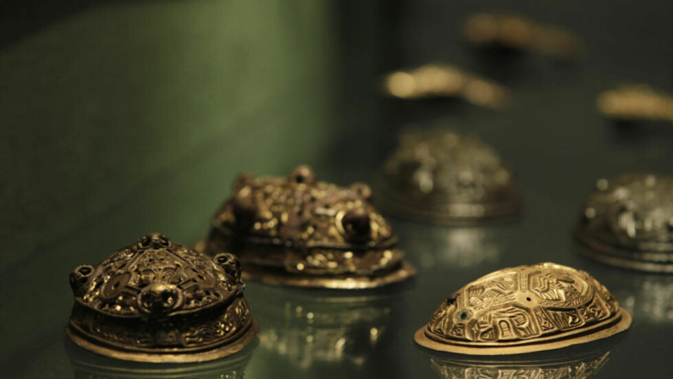 AVANSERT: Norske vikinger var håndverksmessig fullt på høyde med sine kolleger i utlandet som smykkesmeder på 800- og 900-tallet. Her et eksempel på avansert støpt brystnål på kulturhistorisk museum. Tilsvarende ble produsert i stor stil i Kaupang. Foto: Morten Holm / Scanpix