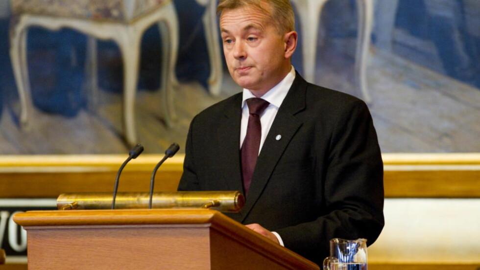 NAIV: Justisminister Knut Storberget redegjør i Stortinget for overvåking utført av den amerikanske ambassaden. Naivt av Storberget å være overrasket over overvåkingen, mener forfatteren. Foto: Scanpix