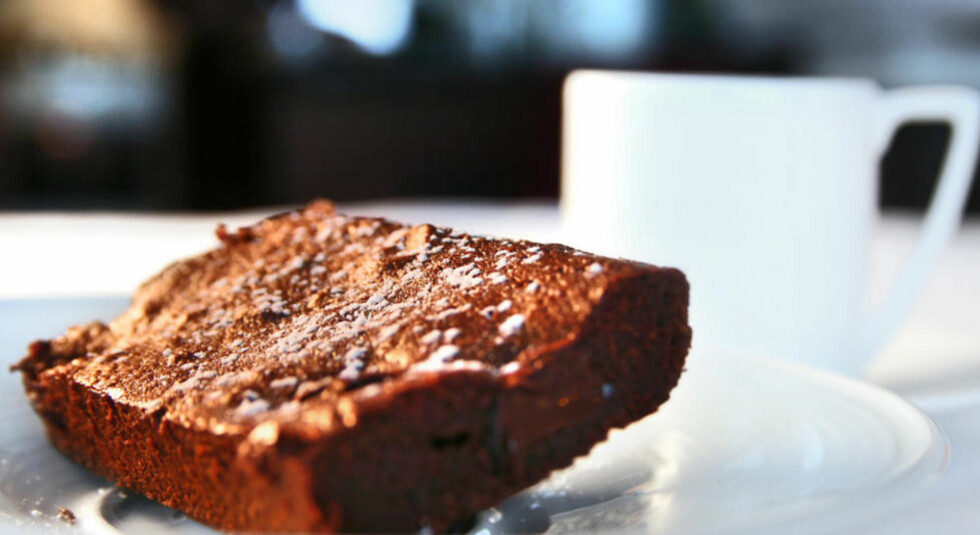 DEILIG BROWNIES: Sats på en sjokoladekake som ingen kan motstå til dessert eller kaffen. Foto: Erik Hannemann