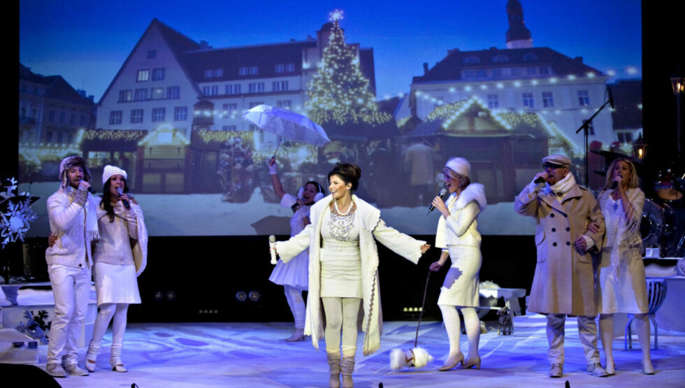 VARIERT OG TROVERDIG: Når hun ikke framstår som en gladkristen frøken Bibelstripp, gjør Carola en god figur. «Carolas jul» kan rett og slett anbefales - hvis du er med på hennes premisser. Her er vi på julemesse, kan det være i Gamla Stan, mon tro.Foto: Anders Grønneberg