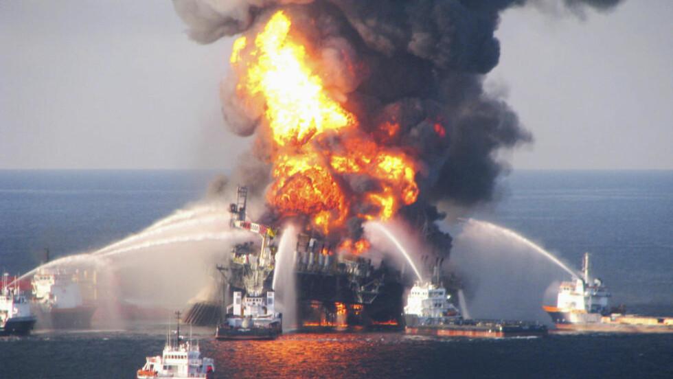 DEEPWATER HORIZON: Oljekatastrofen i Mexicogolfen skjedde etter at riggen Deepwater Horizon eksploderte 20. april i år. 11 mennesker omkom og oljen flommet ut i 87 døgn. Utblåsningen er den største i historien, med et totalt utslippsvolum foreløpig anslått til 780000 kubikkmeter olje. Foto:SCANPIX/ REUTERS/U.S. Coast Guard/Handout.