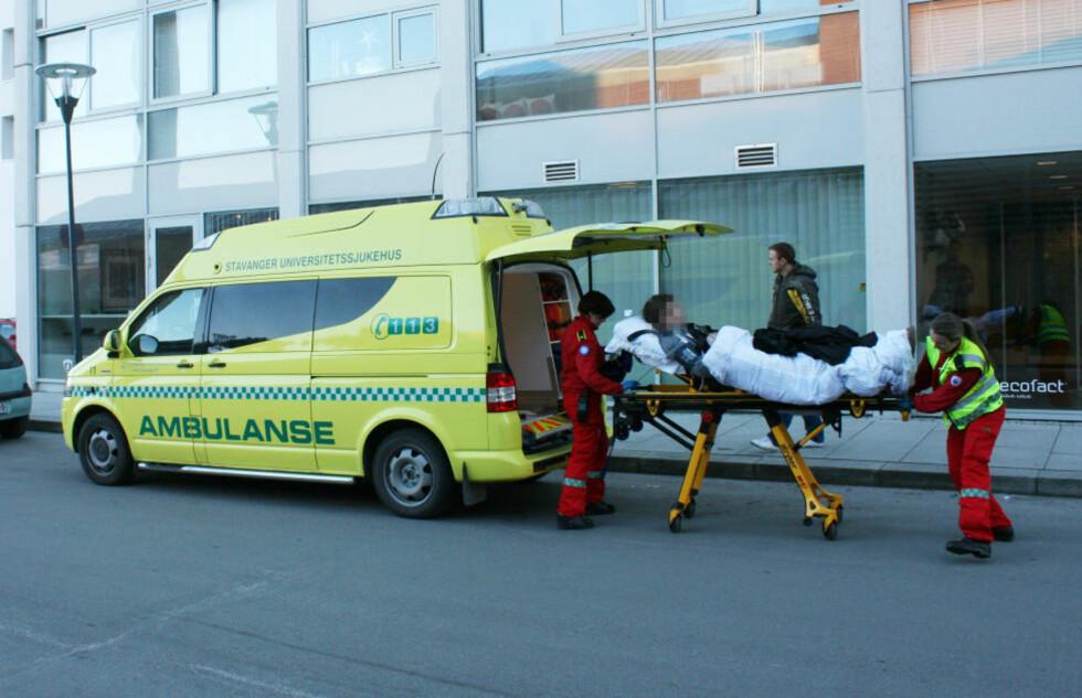 KNIVSTUKKET: Den skadde 48-åringen var ved bevissthet da han ble fraktet til Stavanger universitetssjukehus. Imens jaktet politiet på gjerningsmannen. Foto: Ronny Hjertås