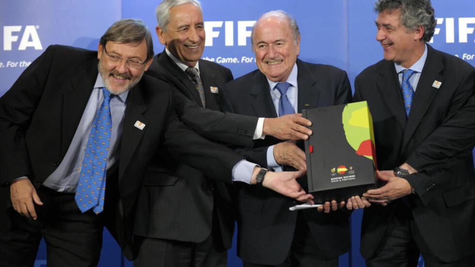 HOLDT FORSVARSTALE FOR KORRUPSJONSMISTENKTE FIFA-MEDLEMMER: Spania/Portugal fikk applaus fra salen da de fastslo at FIFA er en rein organisasjon, bestående av ærlige og hardtarbeidende mennesker. Her poserer Spanias sportsminister Jaime Lissavetzky, generalsekretær Angelo Brou i det portugisiske fotballforbundet, FIFA-president Sepp Blatter og sjefen for den spansk/portugisiske VM-søknaden, Angel Maria Villar Llona.  Foto:  AFP PHOTO / FABRICE COFFRINI