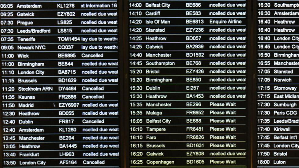 FORTSATT STENGT : - Due to heavy snow Edinburgh Airport is currently closed. We hope to reopen at 4pm, står det fortsatt på Edinburgh Airports hjemmesider. Klokka er nå over fire, og tavlene vil kunne fortsette å se slik ut (bildet) som de gjorde før i dag. Foto: David Moir/REUTERS.