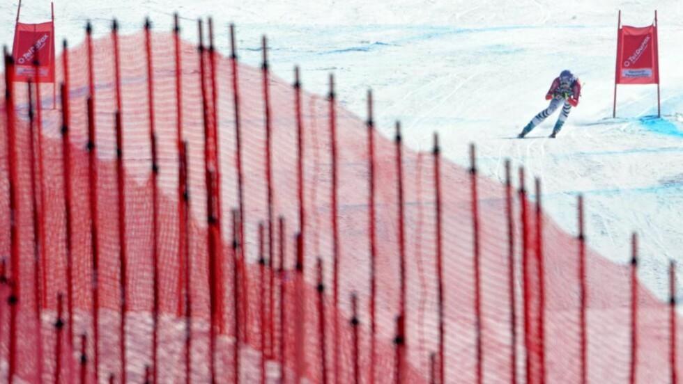 TVIL OM RENN: Her suser tyske Maria Riesch ned utforløypa det krangles om i Garmisch-Partenkirchen. Foto: EPA/PETER KNEFFEL