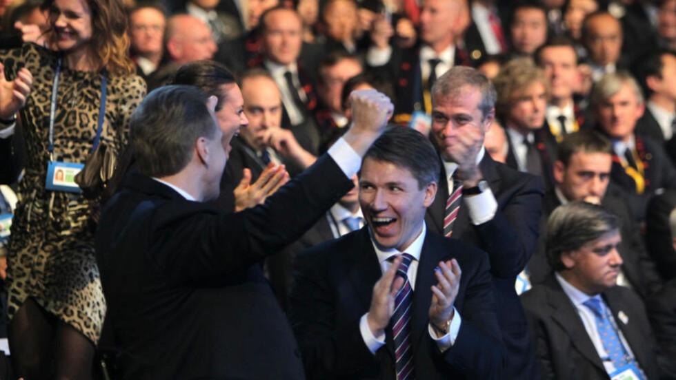 RUSSISK JUBEL: Glede hos den russiske delegasjonen i FIFA-hovedkvarteret etter et klokt valg av VM-arrangør.  Foto: AFP / Sebastian Derungs.