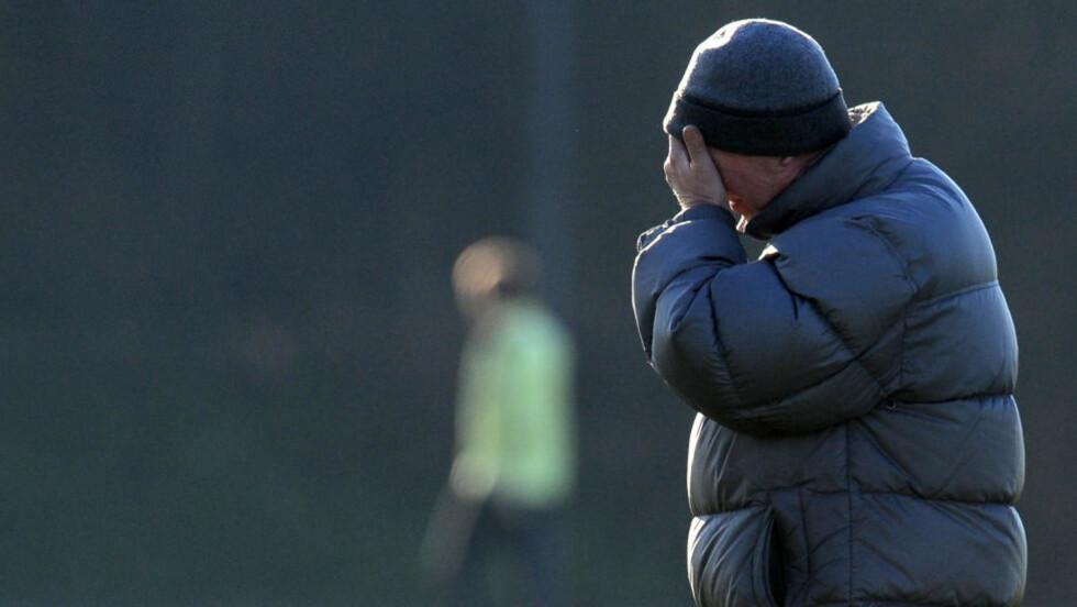 FÅR IKKE FORSVARE TABELLEDELSEN: Sir Alex Ferguson ville neppe blitt kald i denne vinterjakka, men banen på Bloomfield Road er så kald at lørdagens kamp mot Blackpool er utsatt på ubestemt tid. Foto:  AFP PHOTO / ANDREW YATES