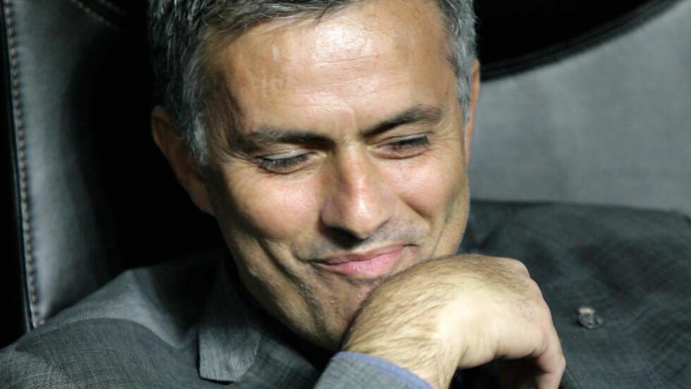 TAR STRAFFEN MED ET SMIL: José Mourinho mener straffen fra UEFA vitner om misunnelse. Foto: (AP Photo/Alberto Pellaschiar)