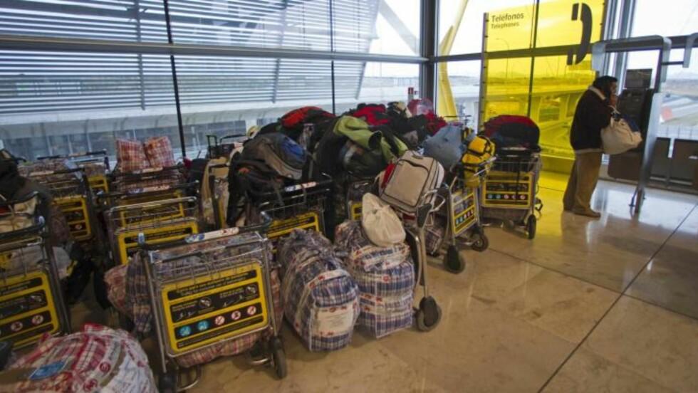 <strong> I KØ:</strong>  Denne mannen sto først i køen på Barajas-flyplassen i Madrid i går kveld. I dag er det full drift vedf spanske flyplasser, men det kan fortsatt gå to døgn før alle avganger og ankomster er i rute igjen. FOTO: PAUL WHITE, AP/SCANPIX.