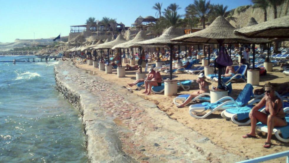 Turister på stranda det populære feriemålet  Sharm el-Sheikh i Egypt. En tysk kvinne ble drept i et haiangrep i dag. Det er det tredje haiangrepet på én uke i området. En russisk og en ukrainsk svømmer ble angrepet tirsdag og onsdag.  Foto: Reuters/Scanpix.