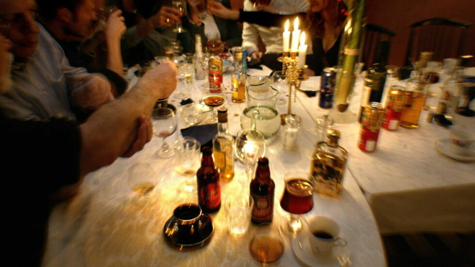 TAR LIV: Divisjonsdirektør Jørg Mørland ved Folkehelseinstituttet advarer i disse julebordstider mot å konsumere alkohol helt frem til man legger seg. Det kan i verste fall ta liv. Foto: GEIR BØLSTAD/DAGBLADET