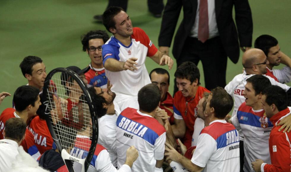 PÅ GULLSTOL: Viktor Troicki havnet på gullstol etter å ha vunnet den avgjørende Davis Cup-kampen mot Michael Llodra.Foto: SCANPIX/AP Photo/ Marko Drobnjakovic