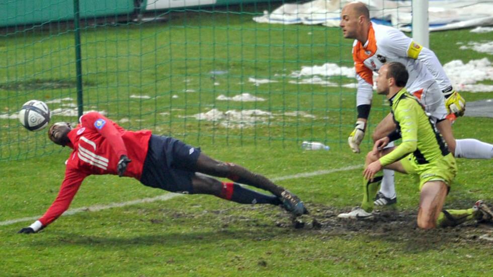 HATTRICK I MÅLFEST: Ligue 1-toppscorer Moussa Sow tok uortodokse avslutningsteknikker i bruk da han noterte seg for tre mål i Lilles 6-3 seier over Lorient.Foto: SCANPIX/AFP PHOTO PHILIPPE HUGUEN