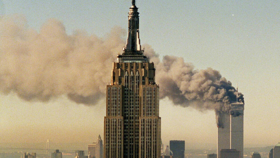 Terrorbekjempelse: Først skulle datalagringsdirektivet bekjempe terror og organisert kriminalitet, så pedofili, så «annen alvorlig kriminalitet» og nå sist snakker stadig flere om ulovlig fildeling, skriver forfatteren. Bildet viser terrorangrepet på World Trade Center. Foto: Scanpix