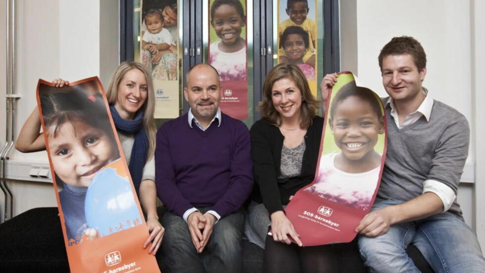 HJELPER: Lene Kallum, Odd Doknæs, Marja Weston og Kjartan Rykkja er fornøyde med at arbeidsgiveren har gir de ansattes julegaver videre til barn i Zambia.  Foto: Torbjørn Berg