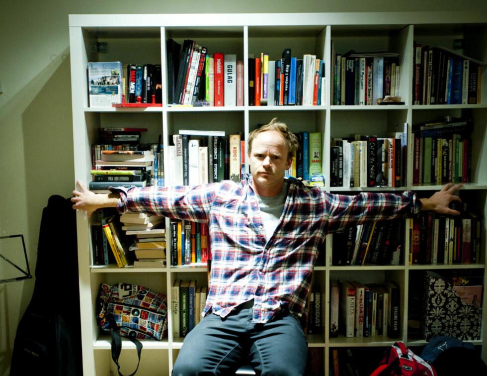 """Eia var vi der: Harald Eias bokhyller inneholder store samtidsforfattere, sosiologer, filosofer, evolusjonspsykologer - og sjekkebibelen """"The Game"""".  Foto Thomas Rasmus Skaug."""