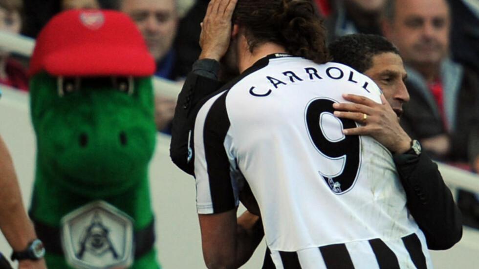 FERDIG: Andy Carroll fikk en klem av manager Chris Hughton etter scoringen som ga seier mot Arsenal. Nå er Hughton ferdig i klubben. Foto: AFP/Adrian Dennis