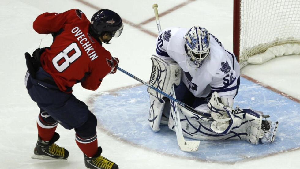 MONSTERKAMP: Alex Ovetsjkin fra Washington Capitals klarer ikke å overliste Toronto Maple Leafs' svenske keeper Jonas «The Monster» Gustavsson.     Foto: Kevin Lamarque, Reuters/Scanpix