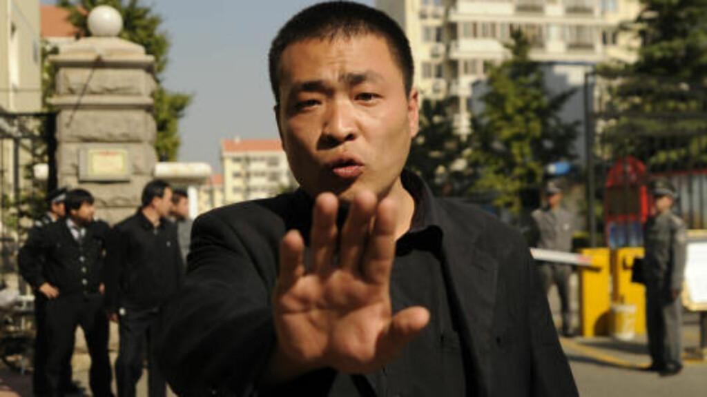 ADGANG FORBUDT: Ingen journalister eller fremmede får slippe inn portene til leiligheten der Liu Xia bor. Inngangspartiet er godt bevoktet av politiet. Foto:  AFP PHOTO / Scanpix